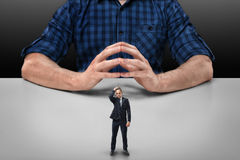 Бизнесмен стоит касающий его голова с рукой перед подрезанным усаживанием человека портрета большим Стоковые Изображения RF