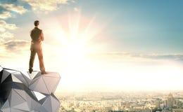 Бизнесмен стоит на абстрактной конструкции стоковое фото