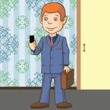 Бизнесмен стоит с телефоном в его руке Очень запальчиво о сообщении Стоковые Изображения RF