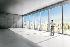 Бизнесмен стоя внутри офисного здания Стоковая Фотография RF