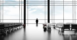 Бизнесмен стоя в авиапорте стоковые изображения