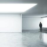 Бизнесмен стоя в белом офисе Стоковое Изображение