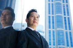 Бизнесмен стоя в городе Стоковое Фото