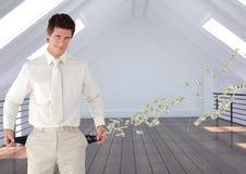 Бизнесмен стоя в офисе показывая пустые карманн представляя потерю денег Стоковое фото RF