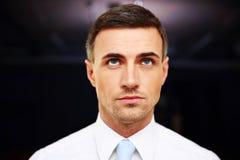 Бизнесмен стоя в офисе Стоковое Изображение RF