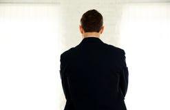 Бизнесмен стоя в офисе Стоковое Фото
