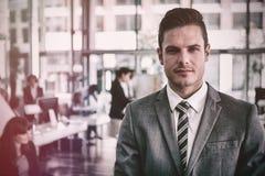 Бизнесмен стоя в офисе Стоковые Фотографии RF