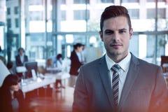 Бизнесмен стоя в офисе Стоковое фото RF