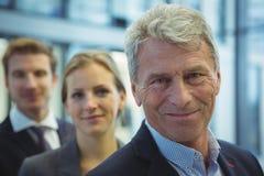 Бизнесмен стоя в офисе Стоковая Фотография RF