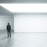 Бизнесмен стоя в ярком офисе Стоковая Фотография RF
