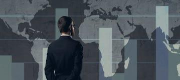 Бизнесмен стоя над диаграммой мир белизны вектора карты предпосылки изолированный иллюстрацией Бизнес Стоковое Изображение