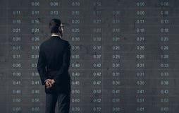 Бизнесмен стоя над предпосылкой диаграммы Дело, офис, Стоковое Фото