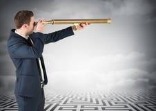 Бизнесмен стоя на лабиринте смотря через телескоп Стоковая Фотография RF