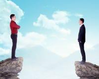 Бизнесмен 2 стоя на верхней части горы Стоковое Фото