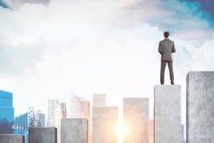 Бизнесмен стоя на диаграмме, городе Стоковые Фотографии RF