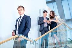 Бизнесмен 3 стоя на лестницах разрешает коммерческие задачи Стоковые Изображения RF