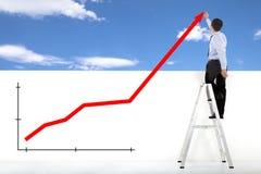 Бизнесмен стоя на лестнице рисуя глобальные диаграммы стоковые фото