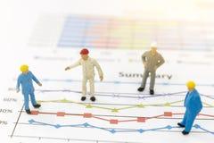 Бизнесмен стоя на диаграмме диаграммы Стоковые Изображения