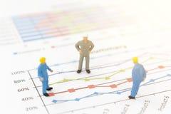 Бизнесмен стоя на диаграмме диаграммы Стоковое Изображение
