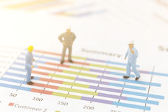 Бизнесмен стоя на диаграмме диаграммы Стоковое Изображение RF