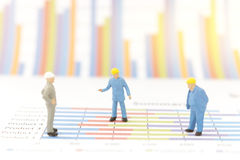 Бизнесмен стоя на диаграмме диаграммы Стоковое фото RF