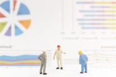 Бизнесмен стоя на диаграмме диаграммы Стоковое Фото