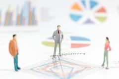 Бизнесмен стоя на диаграмме диаграммы Стоковая Фотография RF