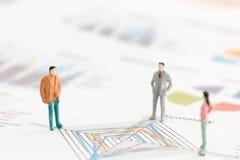Бизнесмен стоя на диаграмме диаграммы Стоковая Фотография