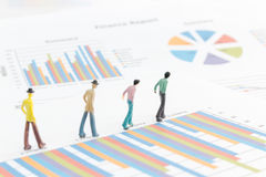 Бизнесмен стоя на диаграмме диаграммы Стоковые Изображения RF