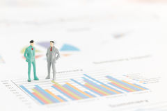 Бизнесмен стоя на диаграмме диаграммы Стоковые Фотографии RF