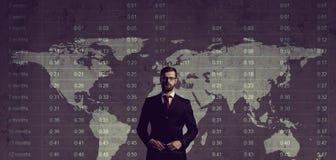 Бизнесмен стоя над диаграммой мир белизны вектора карты предпосылки изолированный иллюстрацией Бизнес Стоковые Изображения RF