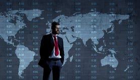 Бизнесмен стоя над диаграммой мир белизны вектора карты предпосылки изолированный иллюстрацией Бизнес Стоковые Изображения