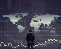 Бизнесмен стоя над диаграммой мир белизны вектора карты предпосылки изолированный иллюстрацией Бизнес Стоковая Фотография RF
