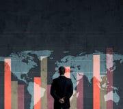Бизнесмен стоя над диаграммой мир белизны вектора карты предпосылки изолированный иллюстрацией Бизнес Стоковое Фото
