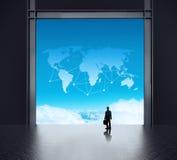 Бизнесмен стоя на комнате сетевого сервера 3d Стоковые Фото