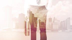 Бизнесмен стоя на предпосылке городского пейзажа Стоковая Фотография