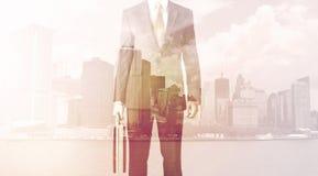 Бизнесмен стоя на предпосылке городского пейзажа Стоковая Фотография RF