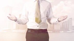 Бизнесмен стоя на предпосылке городского пейзажа Стоковые Изображения RF