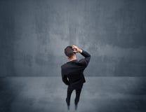 Бизнесмен стоя перед городской стеной Стоковые Фото