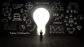 Бизнесмен стоя перед чернотой, формой света шарика, бизнес-планом и различной диаграммой в черной стене