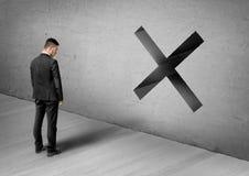 Бизнесмен стоя перед бетонной стеной с большим знаком запрета принципиальная схема дела финансовохозяйственная стоковое изображение rf