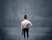 Бизнесмен стоя перед городской стеной Стоковые Фотографии RF