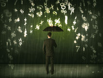 Бизнесмен стоя при зонтик и номера 3d идя дождь concep Стоковая Фотография