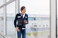 Бизнесмен стоя рядом с окном офиса Стоковая Фотография RF