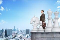 Бизнесмен стоя с большими диаграммами шахмат Стоковая Фотография RF