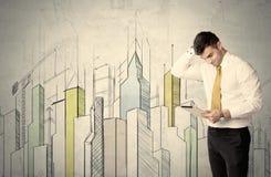 Бизнесмен стоя с вычерченным городским пейзажем Стоковая Фотография