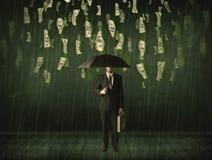 Бизнесмен стоя с зонтиком в концепции дождя долларовой банкноты Стоковые Фотографии RF