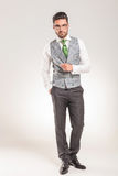 Бизнесмен стоя с одной рукой в его карманн Стоковые Фото