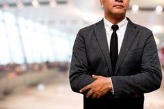 Бизнесмен стоя с предпосылкой пути залы нерезкости стоковые изображения rf