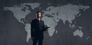 Бизнесмен стоя с таблеткой компьютера мир белизны вектора карты предпосылки изолированный иллюстрацией Стоковая Фотография RF